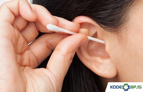 Bahaya atau Risiko Membersihkan Telinga Sendiri